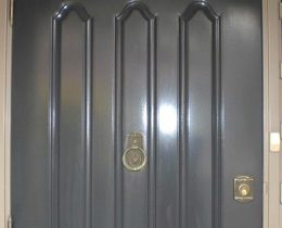 我が家の扉がある日突然ゴシック仕様に変わっていた。一体何が…?