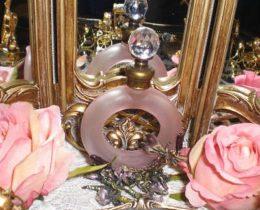ゴシックデザインの香水瓶。お部屋をアール・ヌーヴォーで染めたい!